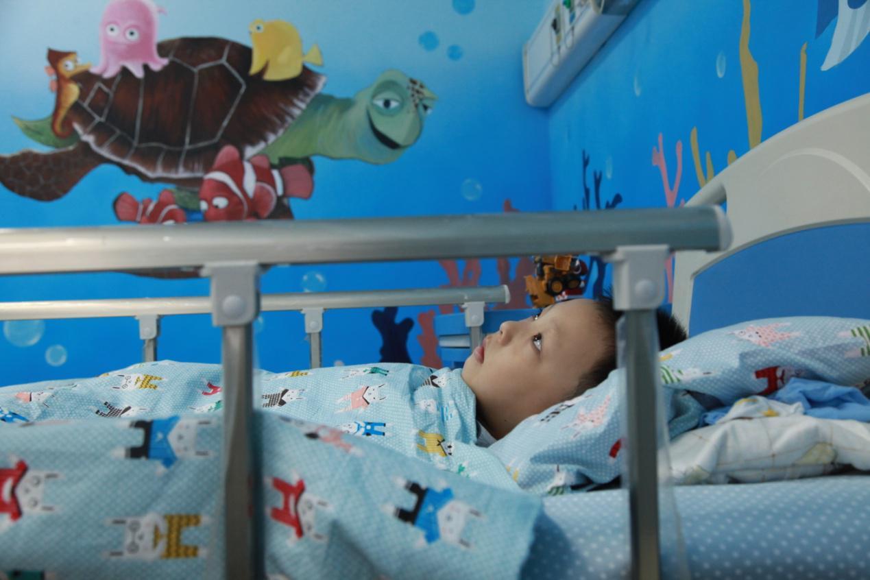 配图:小患者在南京仁品耳鼻喉医院儿童病房养病