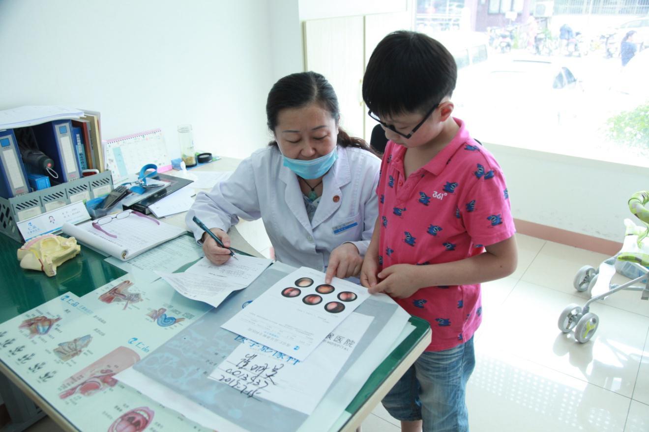 配图:南京仁品耳鼻喉医院拾景琰主任在为小患者详解病情