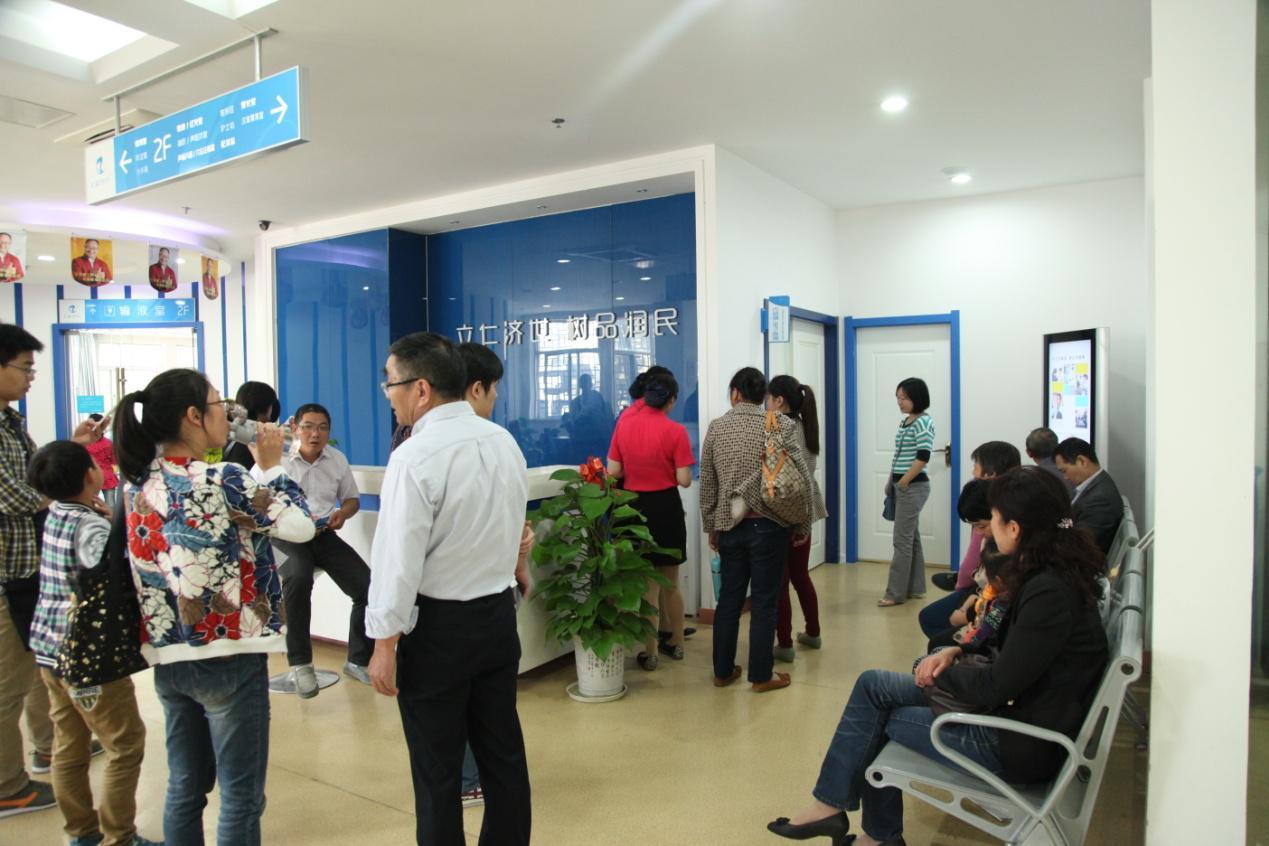 配图:就诊患者在南京仁品耳鼻喉医院内窥镜室外等待检查